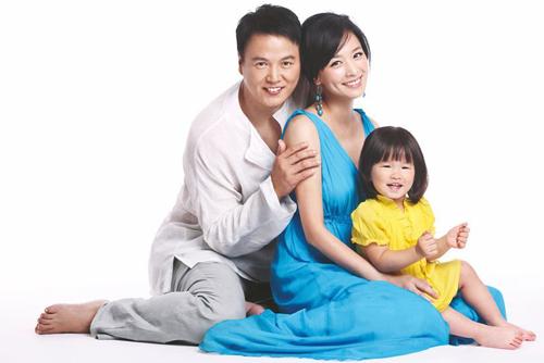 Vợ chồng Trương Đình, Lâm Thoại Dương cùng con gái yêu xuất hiện trên tạp chí Mommy số mới với vẻ đẹp