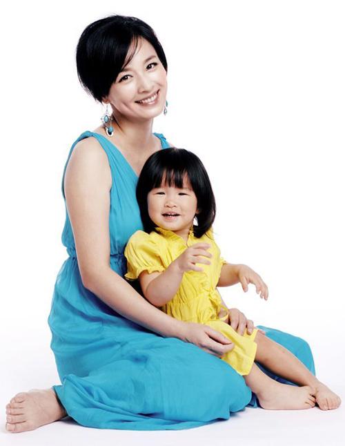 Trương Đình hạnh phúc bên công chúa nhỏ. Bé gái năm nay đã được 2 tuổi và khá giống bố. Trước đây, Trương Đình đã phải rất vất vả mới có thể sinh con. Bé gái ra đời là kết quả của nhiều lần nỗ lực thụ tinh nhân tạo.