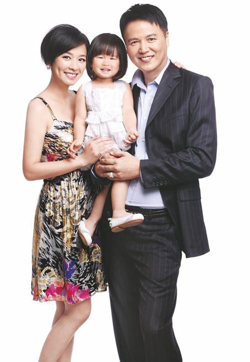 """Lâm Thoại Dương là diễn viên, đạo diễn có tiếng tại Đài Loan, tên tuổi anh được biết đến qua một số bộ phim như """"Bên nhau nơi chân trời"""", """"Đao kiếm vô tình""""... Trong khi đó, vợ anh là diễn viên được yêu thích qua những"""