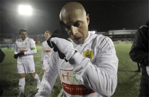 Ngoài chức HLV kiêm cầu thủ hiện tại, Carlos còn được ông chủ Kerimov ướm cho chiếc ghế Chủ tịch Anzhi, một khi anh giải nghệ.