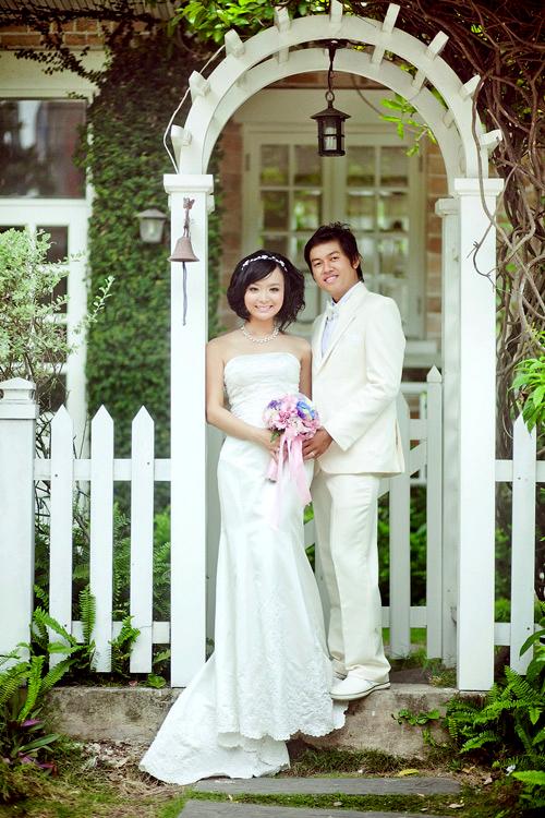 Cô dâu Ninh Thư và chú rể Minh Tài chụp ảnh cưới tại quán cà phê nhiều màu sắc. Hai người còn sử dụng nhiều phụ kiện đáng yêu, khiến bộ ảnh thêm sinh động, phong phú.