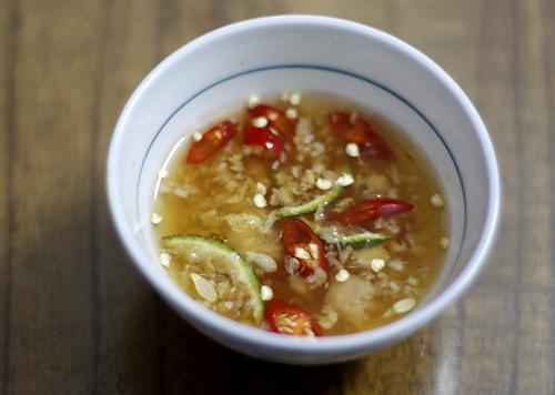 Nước chấm ngon, nhiều gừng, tỏi rất quan trọng trong món ăn này.