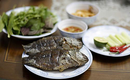 Cá rô nướng cùng các phụ liệu ăn kèm.