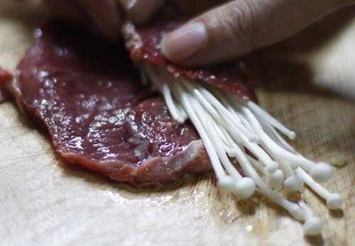 Trải thịt bò thái to bản ra thớt, cho kim chi vào trong.