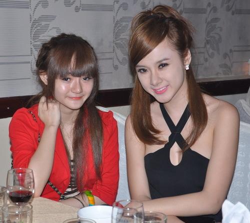 Ca sĩ trẻ Angela Phương Trinh vẫn tiếp tục phong cách ăn mặc sexy khi đi tiệc, dù cô vấp phải nhiều ý kiến cho rằng không phù hợp với tuổi. Tối qua, bà mẹ nhí đi cùng cô em gái, cũng là một diễn viên nhí.