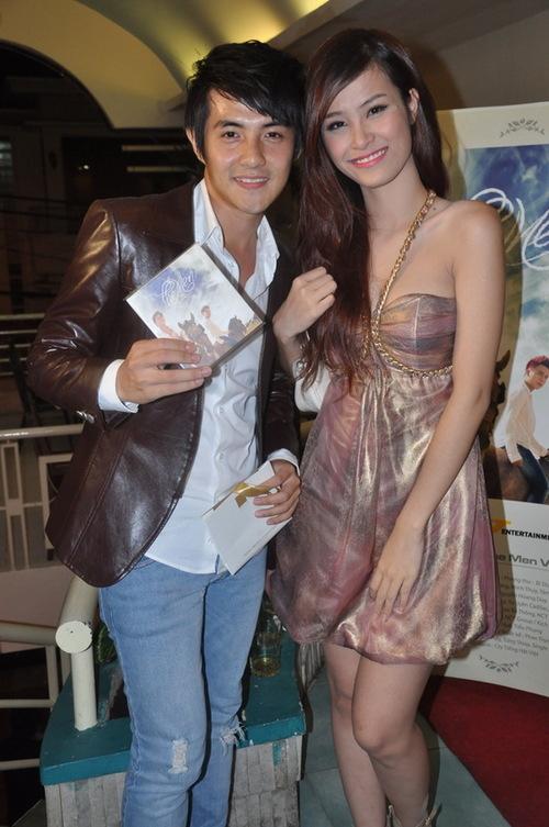 Đông Nhi đi dự tiệc cùng bạn trai là ca sĩ Ông Cao Thắng. Mới đây, nữ ca sĩ xinh đẹp đã thừa nhận trên một tạp chí rằng, cô và chàng trai họ Ông đang có mối quan hệ đặc biệt.