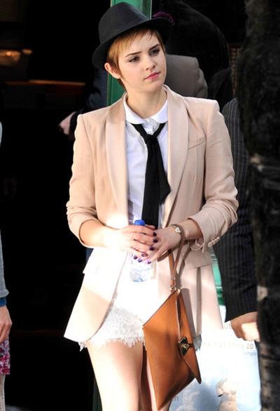 Emma Watson tinh nghịch nhưng vẫn rất duyên dáng với blazer màu hồng và váy ngắn.
