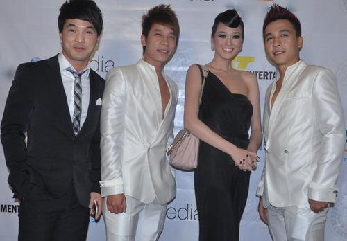 Ưng Hoàng Phúc đến chúc mừng đàn em với trang phục lịch lãm quen thuộc. Ba chàng trai pose ảnh cùng Ngôi sao người mẫu 2010 Khánh My.