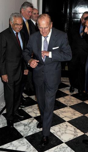 Hoàng thân ngẫu hứng với vài bước nhảy. Ảnh: Hello Magazine.