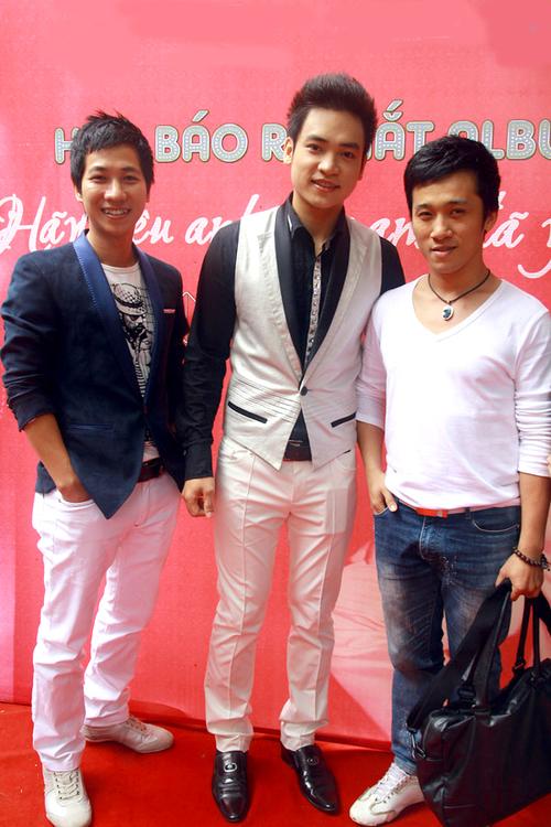 Hai Sao Mai Lê Anh Dũng và Quang Hào cũng đến chia vui với Duy Khoa.