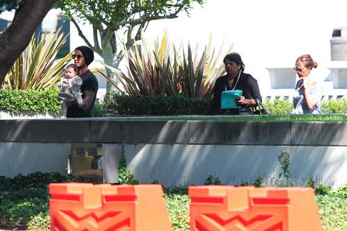 Hôm qua, Becks và bà xã Victoria đưa cô con gái út Harper tới tòa nhà Wilshire Federal ở Los Angeles để nhận tấm hộ chiếu đầu tiên trong cuộc đời. Tiểu công chúa nhà Becks được bố mẹ