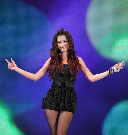 Đông Nhi cũng không thua kém đàn chị với đầm đen ngắn. Cô hát Đến bên mưa - ca khúc đang được yêu thích trong album The Singer.