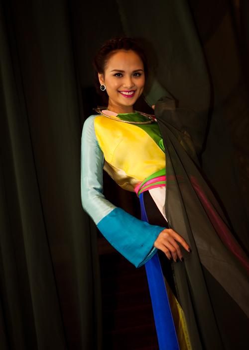 Diễm Hương e ấp trong trang phục tứ thân nhiều màu của phụ nữ vùng Kinh Bắc.