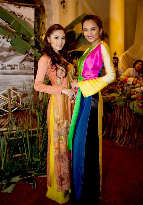 Hoa hậu xinh tươi chụp ảnh cùng diễn viên Lâm Na Anh.