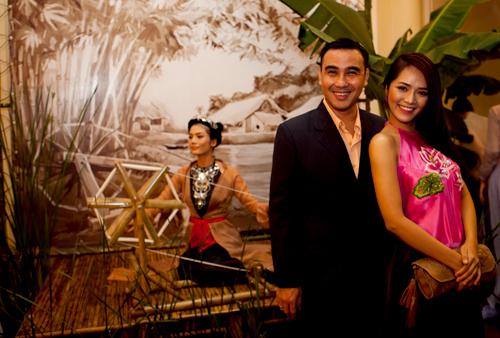 Diễn viên, MC Quyền Linh (trái) cho biết anh cũng rất thích nghe cải lương. Quyền Linh chụp ảnh cùng diễn viên Nguyễn Thúy Nga.