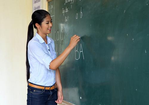 Người đẹp còn tham gia dạy chữ cho các em ở Trại Giáo dưỡng...