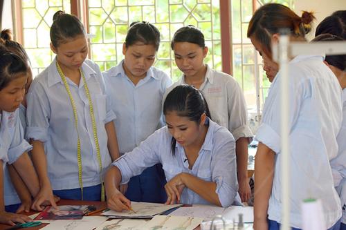 Cô còn dạy các em ở lớp dạy nghề may cách thiết kế quần áo.