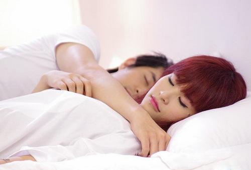 MV có bối cảnh cả trong nhà và ngoài trời. Trong một số cảnh quay ở phòng ngủ, Đông Nhi và Ông Cao Thắng thể hiện tình cảm thân mật, gần gũi mà không có chút ngại ngần trước cả ê-kíp.