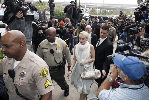 Lindsay Lohan xuất hiện tại tòa án với trang phục sành điệu và bị vây quanh bởi hàng trăm phóng viên, thợ săn ảnh.