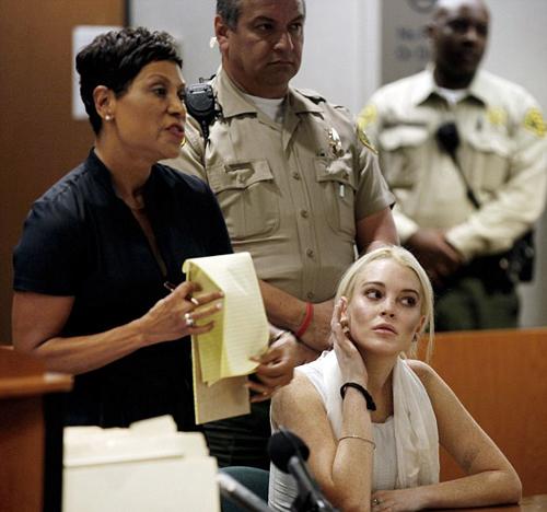Trong phiên tòa diễn ra ngày 19/10, thẩm phán Sautner cho biết Lindsay Lohan đã hoãn lao động công ích tại Trung tâm phụ nữ đến 9 lần. Luật sư của Lilo, Shawn Holley Chapman, lên tiếng bào chữa, cho rằng cô diễn viên nổi tiếng quá bận rộn với công việc ở nước ngoài nên không thể có mặt. Tuy nhiên, thẩm phán bác bỏ lời giải thích này.
