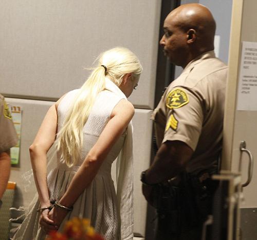 Lilo lầm lũi bước ra khỏi tòa án.