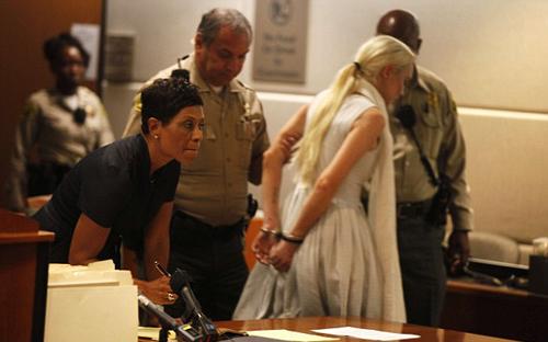 Khi bị còng tay ngay tại tòa vì vi phạm lệnh quản chế, không thực hiện việc lao động công ích ở Trung tâm phụ nữ, diễn viên 'Mean Girls' khóc nức nở.
