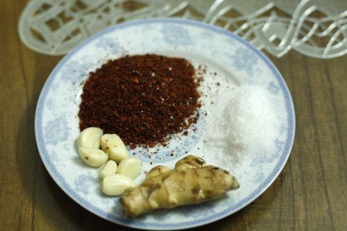 Ớt bột, đường, gừng tỏi là nguyên liệu cần trong món ăn này.