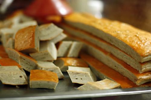 Chả quế, đồ ăn kèm quen thuộc của bánh cuốn.