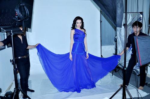 Màu xanh dương đậm của chiếc váy tôn làn da trắng hồng của người đẹp. Trúc Diễm rất thích chiếc váy này, đặc biệt ở chất liệu mềm mại giúp cô có thể bay bổng, uyển chuyển trong lúc trình diễn.
