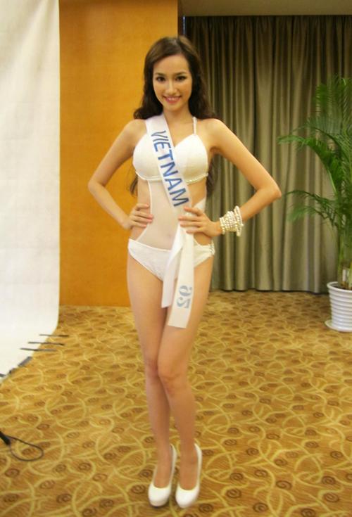 Trúc Diễm xuất hiện ở hậu trường buổi chụp ảnh trong bộ trang phục bikini được nhà thiết kế Tiến Lợi thực hiện riêng.