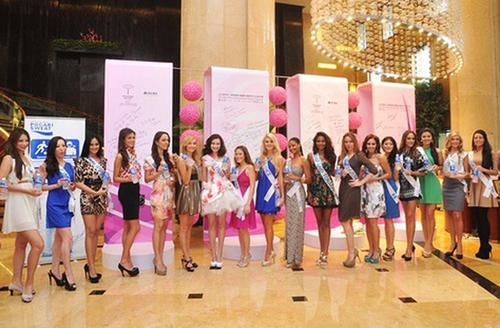 Trong buổi sáng đầu tiên, Trúc Diễm và một nhóm thí sinh tham gia chụp ảnh quảng cáo cho nhà tài trợ.