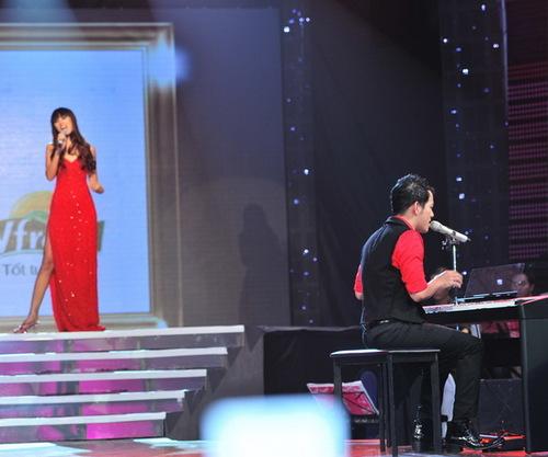 Là cặp đôi mở màn chương trình với Apologize, siêu mẫu Hà Anh gây ấn tượng mạnh với ban giám khảo và khán giả không chỉ ở ngoại hình quyễn rũ, mà còn ở giọng hát làm say đắm lòng người. Giọng hát của cô khiến nhạc sĩ Đức Huy phải lầm tưởng như đang được nghe từ đĩa CD phát ra.
