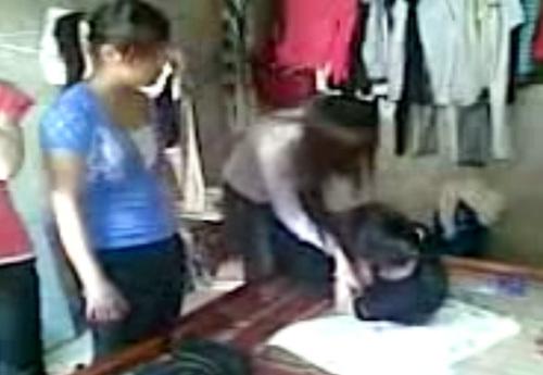 Hình ảnh hai nữ sinh đánh bạn được đăng tải trên trang mạng chia sẻ khiến nhiều người phẫn lộ.