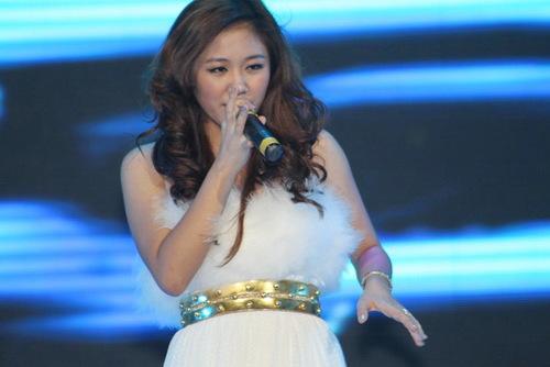Tối qua, Á quân Vietnam Idol 2010 trình diễn Cánh buồm phiêu du và Hát cho hành tinh xanh. Giọng ca cao vút của Văn Mai Hương cũng nhận được sự tán thưởng nồng nhiệt của người xem.