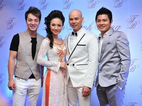 Ca sĩ Đăng Khôi và nhạc sĩ Nguyễn Văn Chung cũng là những người bạn rất thân của chủ nhân buổi tiệc.