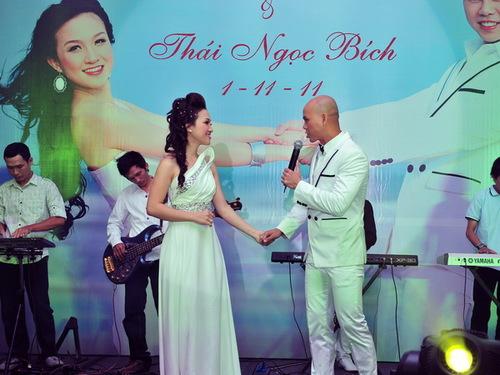 Nữ ca sĩ Thái Ngọc Bích từ từ tiến đến phía chàng trai mà cô yêu thương, trao cho anh ánh mắt trìu mến. Khi kết thúc bài hát, đến câu Mình cùng tay trong tay, đi đến nơi thiên đường&, cả 2 đều rớt nước mắt vì cảm động.