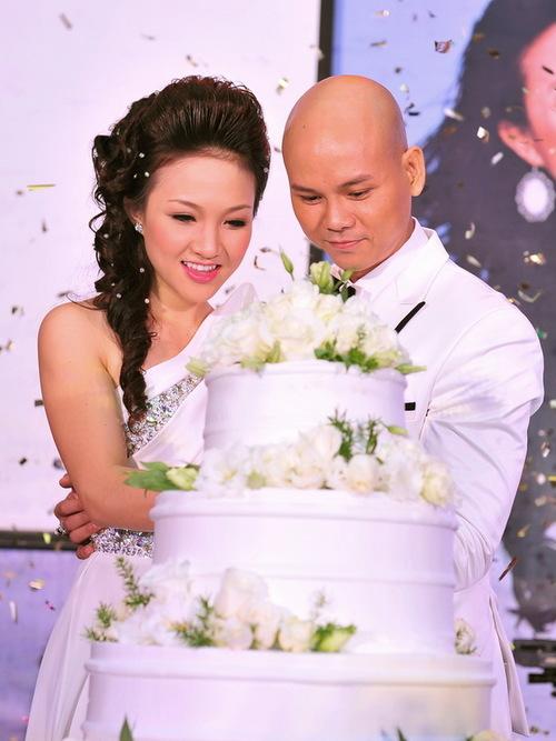 Cả 2 đã cắt bánh, cùng nhau thề non hẹn biển. Lễ cưới sẽ được tổ chức trong năm 2012, nhưng cho đến giờ, cặp đôi vẫn chưa chọn được ngày lành tháng tốt.