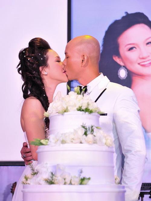 Trao nhau nụ hôn ngọt ngào trong sự tán thưởng của đông đảo người thân và bạn bè.