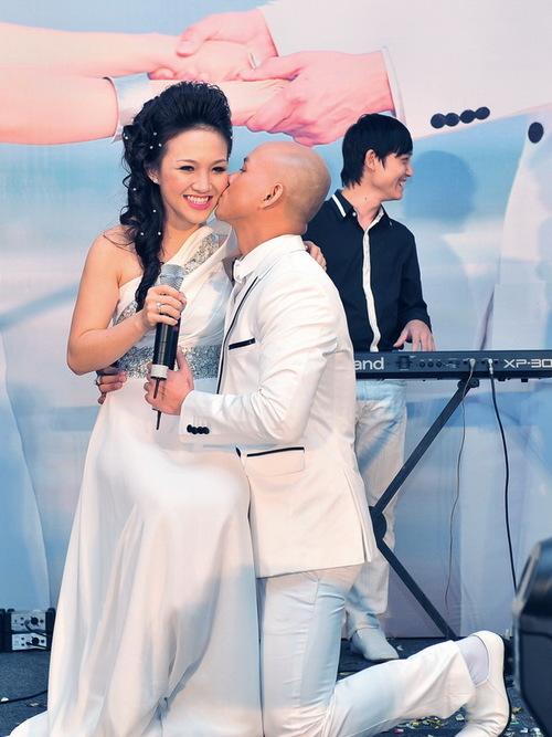 Sau khi hát xong, Phan Đinh Tùng quỳ xuống hôn lên má Thái Ngọc Bích, bày tỏ tình yêu nồng thắm anh dành cho cô.