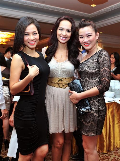 Thu Minh diện váy đen giản dị ôm sát thân hình. Cô khoe dáng bên cựu người mẫu Thúy Hạnh và ca sĩ Minh Tú của nhóm Tam ca Áo Trắng.