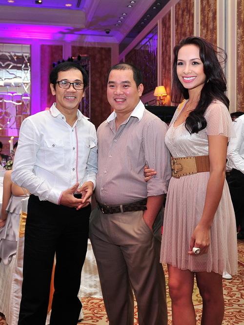 Vợ chồng cựu người mẫu Thúy Hạnh  nhạc sĩ Minh Khang chụp ảnh lưu niệm cùng NSƯT Thành Lộc.