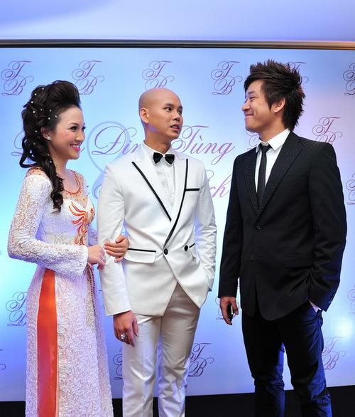Tuấn Hưng lịch lãm trong bộ vest đen đến chia vui với Phan Đinh Tùng.