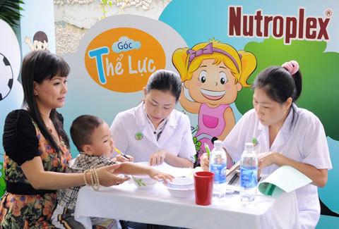 Thể Lực là chữ T quan trọng đầu tiên ảnh hưởng trực tiếp đến khả năng học hỏi của trẻ. Quỳnh Giang trao đổi rất kỹ cùng chuyên gia dinh dưỡng kiểm tra tình trạng sức khỏe của con. Dù công việc khá bận rộn nhưng Quỳnh Giang rất vui vì con khỏe mạnh, thậm chí là vượt chuẩn một chút.