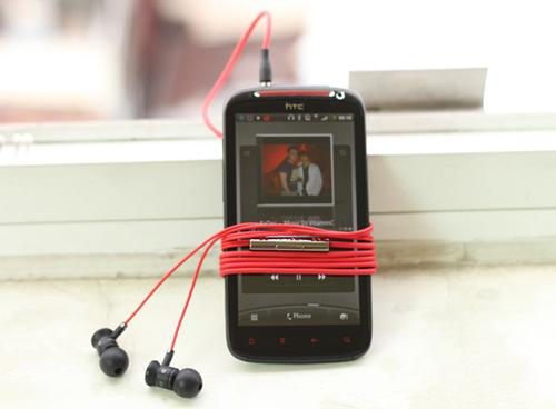 Phụ kiện đi kèm đáng chú ý nhất của chiếc smartphone này là tai nghe Beats với giá khoảng 200 USD.