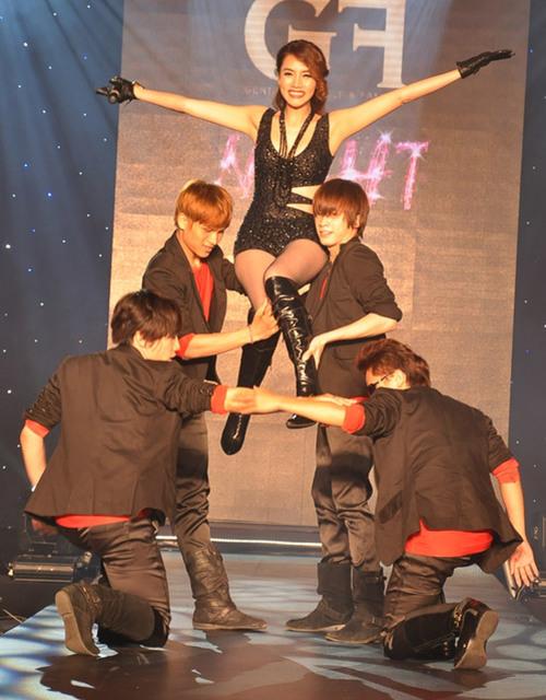 """Người đẹp biểu diễn những động tác mạnh mẽ trong ca khúc sôi động """"Em bước"""". Trang Nhung cũng chọn phong cách âm nhạc pop dance làm chủ đạo khi theo đuổi con đường ca hát."""