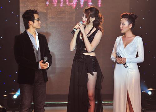 Trang Nhung còn đảm nhận vai trò MC của chương trình. Cô giao lưu với cặp đôi Hà Anh Tuấn và Phương Linh trên sân khấu.