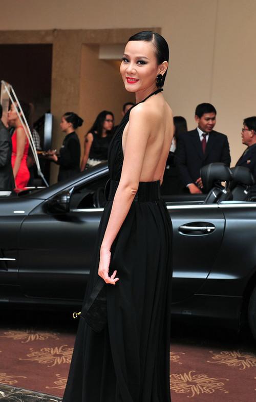 Diện trang phục kín trước, hở sau của nhà thiết kế Lý Quý Khánh, người đẹp khoe lưng trần nuột nà.