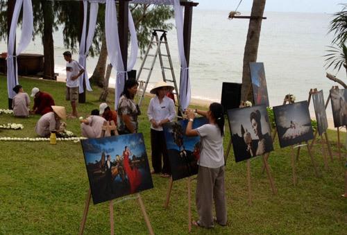 Ảnh cưới của cô dâu chú rể được trưng bày ngay bờ biển để quan khách chiêm ngưỡng.