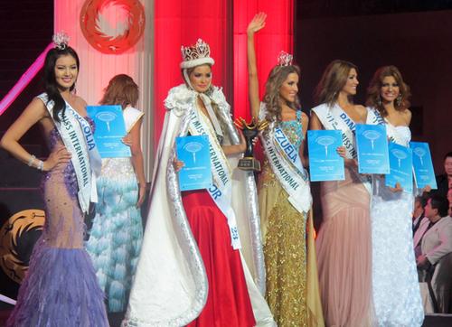 Tân hoa hậu và 4 á hậu của cuộc thi.