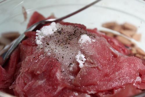 Thịt bò ướp với muối, hạt tiêu.